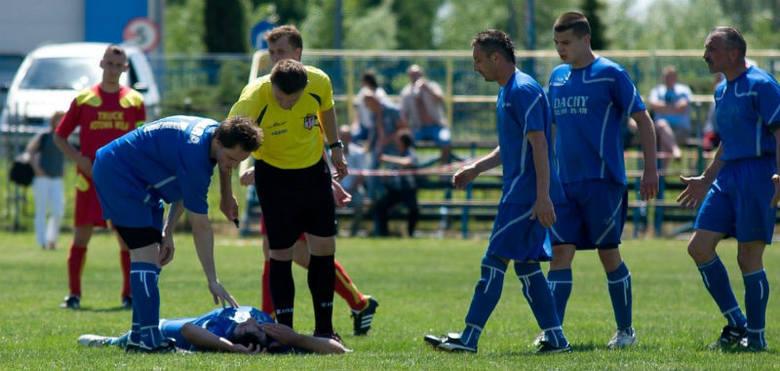 Piłkarze Iskry Sobów Tarnobrzeg (w niebieskich koszulkach) nie chcą już uczestniczyć w rozgrywkach stalowowolskiego podokręgu.