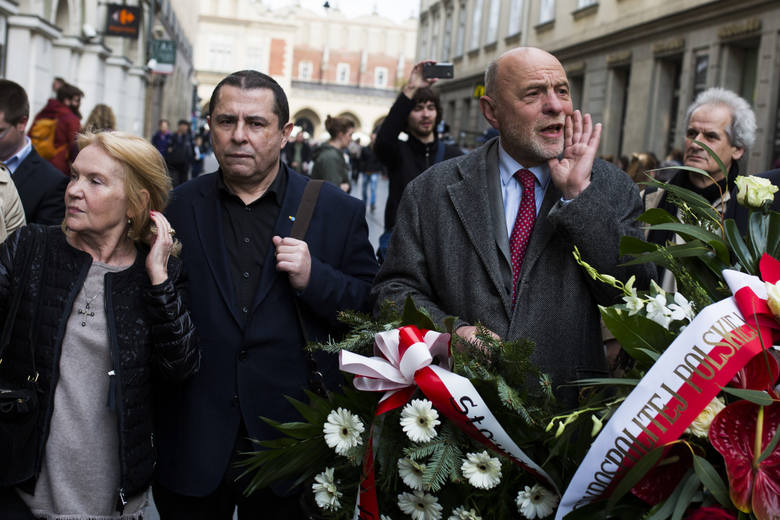 Bronisław Wildstein (z lewej) i Bogusław Sonik razem składali kwiaty pod tablicą pamięci Stanisława Pyjasa. Ale ostatnio coraz bardziej im razem nie
