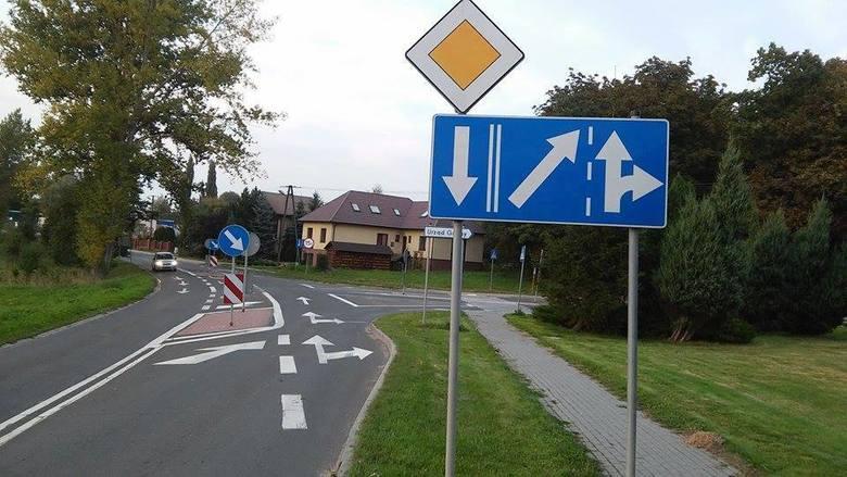 Jeżdżąc po polskich drogach zdarza nam się spotykać znaki drogowe, które są w stanie wyprowadzić w pole nawet najlepszych kierowców. Nic dziwnego. Absurdy