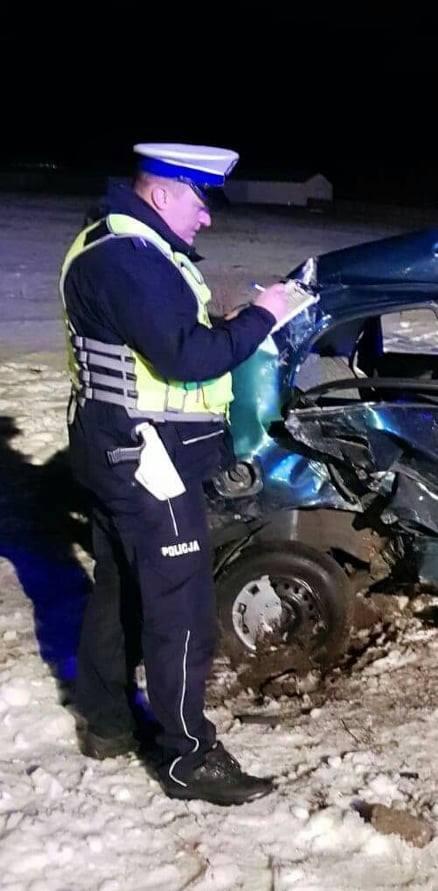 Z nieustalonych na razie przyczyn, samochód daewoo uderzył w słup energetyczny.