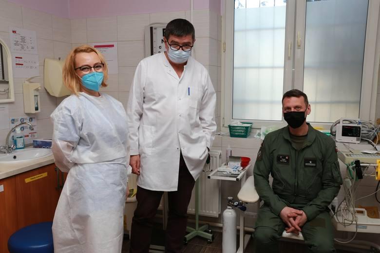 Żołnierze WOT oraz 56 Bazy Lotniczej w Inowrocławiu od kilku dni szczepienie sa przeciw Covi