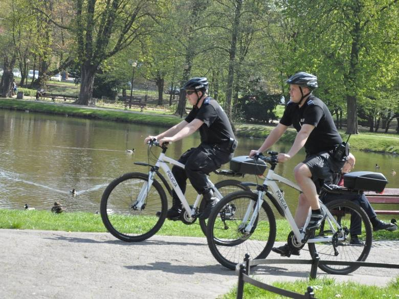 Policjanci z rowerowego patrolu w Gorzowie uratowali życie mężczyźnie, który nagle zasłabł i zaczął się dusić.