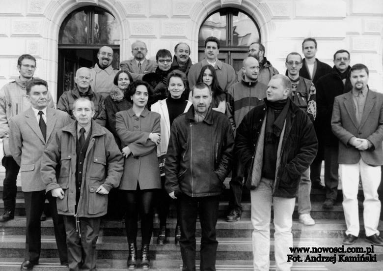 """Załoga """"Nowości"""" w prawie pełnym składzie na schodach redakcji przy ul. Mickiewicza pod koniec lat 90. XX wieku."""