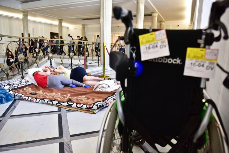 Protest w Sejmie: Rodzice niepełnosprawnych dzieci domagają się dymisji Elżbiety Rafalskiej. Iwona Hartwich: Jak można wierzyć politykom...