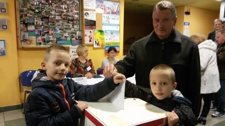 Pan Sylwester Dolata z Gubina za każdym razem na wybory przychodzi z wnukami.