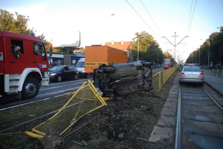 Na ulicy Mickiewicza w poblizu Traugutta doszlo do wypadku. Przed godziną 18 kierujący seicento wpadl w poślizg i dachowal na torowisku. Mezczyzna w