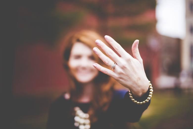 Wszystkie bajki kończą się ślubem, bo po ślubie kończy się bajka. Znacie ten dowcip? Małżonkowie zgodnie przyznają, że jest w tym sporo prawy. Dla tych,