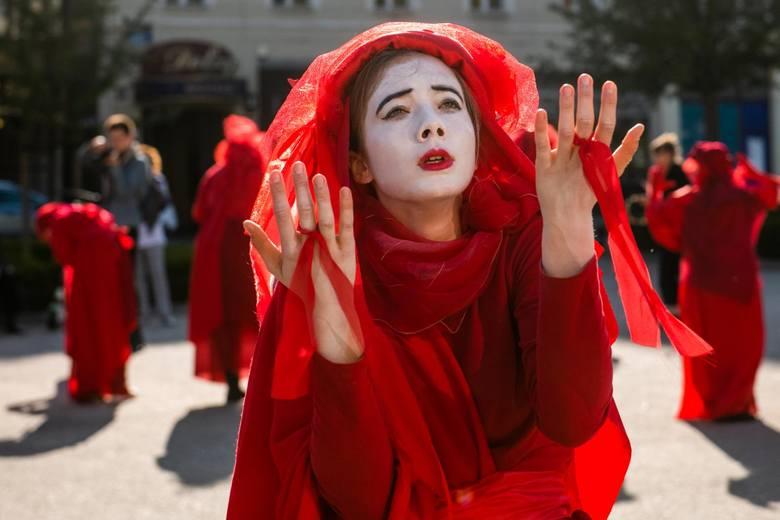 Są także twórcami performance'ów, znanych pod nazwą Red Rebel Brigade, gdzie w strojach czerwonych wdów i żałobników przemykają przez Poznań. Ich stroje symbolizują krew, którą dzielą z innymi gatunkami.