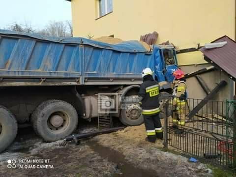 Ciężarowy samochód wypełniony piaskiem wjechał w dom w Czernej