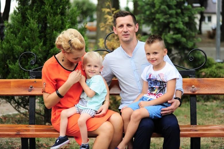 Justyna Malinowska z czteroletnim Tymonem, mężem Krystianem i starszym synem Igorem