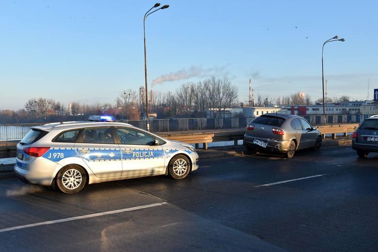 28-letni kierowca opla nie zachował ostrożności i najechał na tył seata. Auto prowadził 23-letni mężczyzna.Okazało się, że 28-latek był pod wpływem alkoholu.