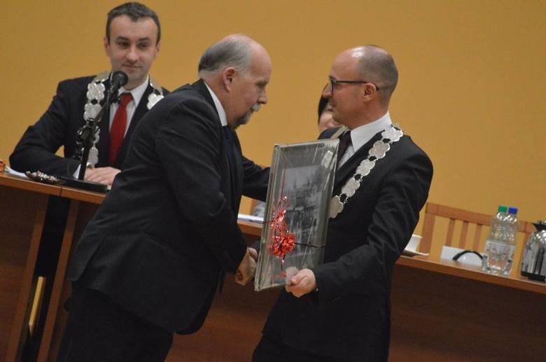 Senator Andrzej Person gratuluje Markowi Wojtkowskiemu