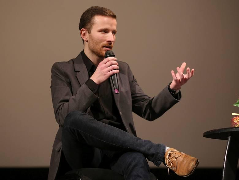 Maciej Jarczyński z powodzeniem uprawia malarstwo, komponuje i dyryguje chórem, a na dodatek robi filmy.