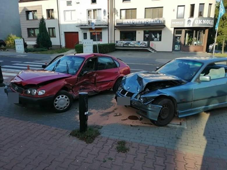Wyszków. Wypadek na skrzyżowaniu, 75-letni kierowca w szpitalu, 9.08.2019. W pow. wyszkowskim w czasie weekendu było ponadto 7 kolizji