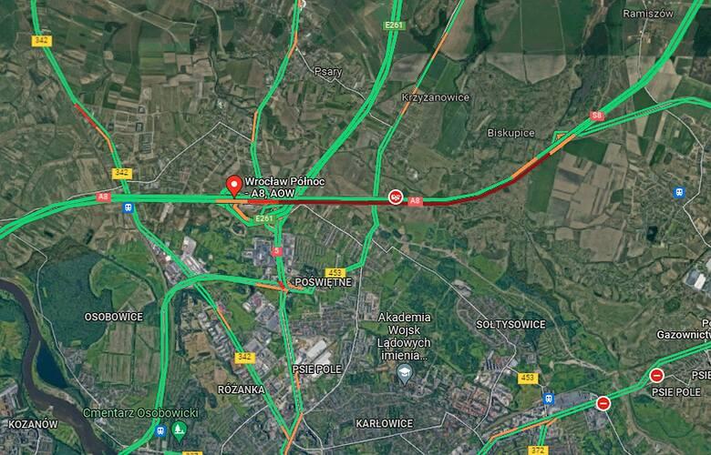 Obwodnica Wrocławia zablokowana po wypadku. Wielkie bale drewniane na jezdni, usuwanie może trwać kilka godzin