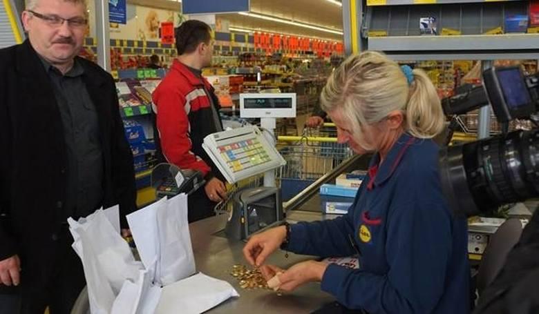 Ile zarabia po podwyżkach kasjerka w supermarkecie?