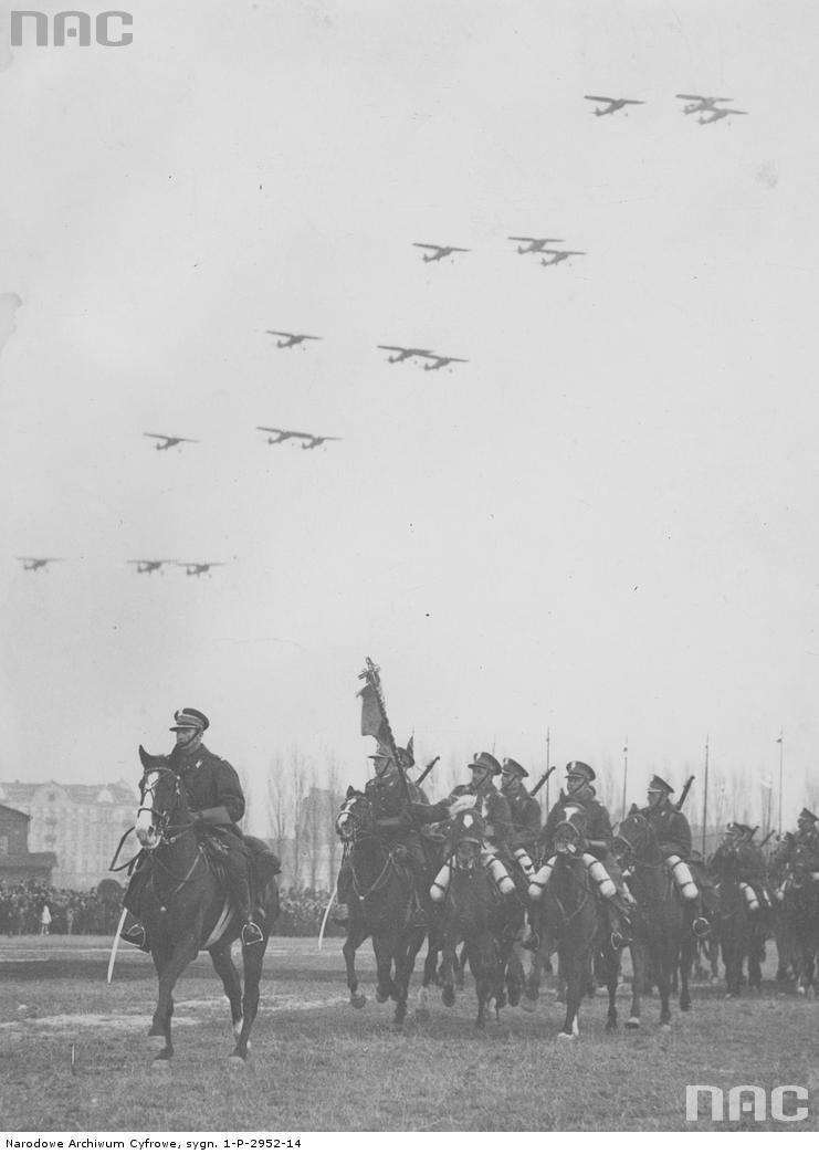 Defilada oddziału szwoleżerów podczas obchodów Święta Niepodległości w Warszawie