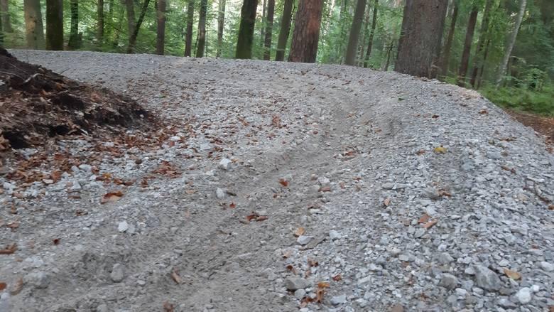 Nowa atrakcja, czyli  leśna trasa rowerowa tzw. single track, która od niedawna jest dostępna na Górze Chełmskiej, nadaje się już do naprawy. Wystarczy