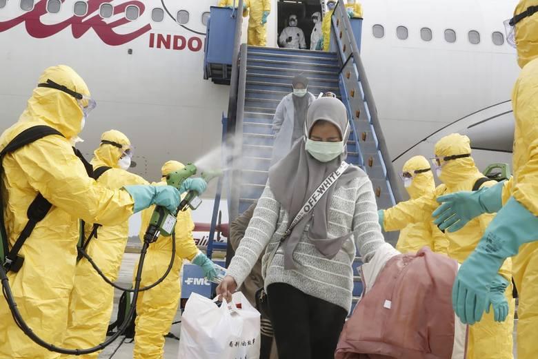 Koronawirus w Chinach. Epidemia osiąga swój szczyt? Coraz więcej zarażonych, ale naukowcy wierzą, że trend zacznie się odwracać