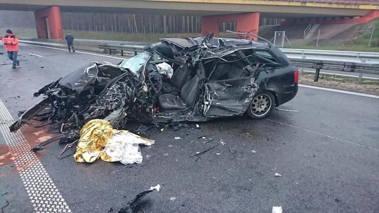 Aktualizacja - godzina 14.30Znamy już wstępne okoliczności tragedii. Do wypadku doszło, gdy kobieta prowadząca audi wyprzedzała sznur samochodów. Wtedy