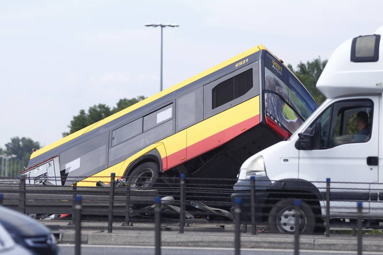 Wypadek autobusu, Warszawa. Autobus runął z mostu na trasie S8. Nie żyje 70-letnia kobieta