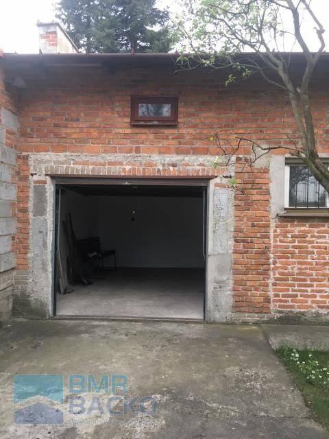 <strong>19. Dom za 399 000,00 zł <br /> 1 596,00 zł/m2 </strong><br /> <br /> Stan pomieszczeń do odświeżenia. <br /> <br /> Na działce znajduje się murowany budynek gospodarczo - mieszkalny z garażem na 2 stanowiska. W ogrodzie są ładne drzewa i krzewy.<br />