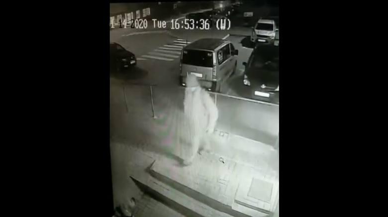 Nieznany sprawca oślepił gazem psa na jednym z osiedli. Całe przykre zdarzenie dla czworonoga nagrały kamery, a film trafił do sieci. Na wideo widać