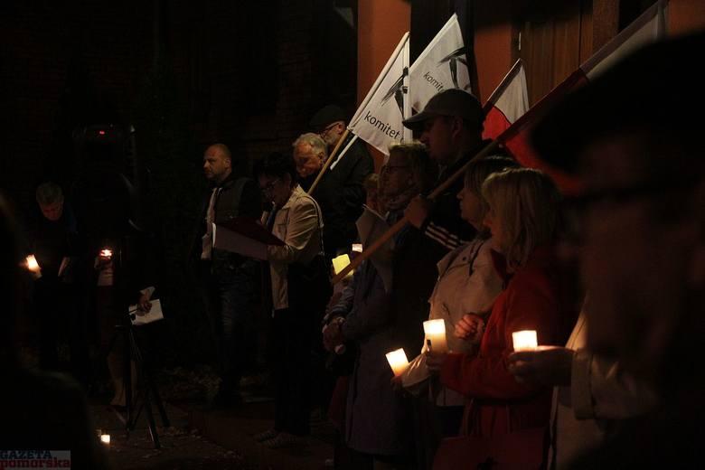 Pięćdziesiąt osób zgromadziło się w niedzielę (1 października) wieczorem przed sądem rejonowym we Włocławku.Z flagami narodowymi protestowano przeciwko
