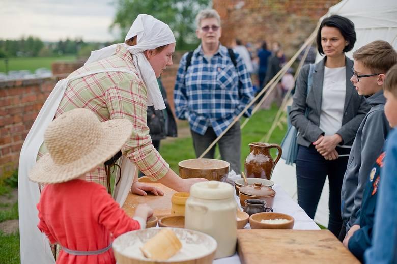 Od południa na zamku średniowieczny w Świeciu gromadziła się gawiedź zainteresowana festynem. Swoje kramy rozstawiali rzemieślnicy. Był kowal, szewc,