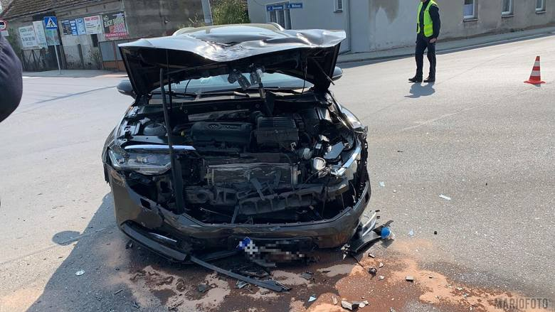 Zderzenie dwóch samochodów osobowych w Popielowie, jedna osoba została ranna