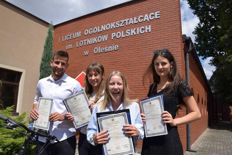 Maturzyści z I Liceum Ogólnokształcącego w Oleśnie, od lewej: Filip Niejadlik, Stefania Prochota, Anna Respondek, Julia Adamczyk zadali maturę bardzo