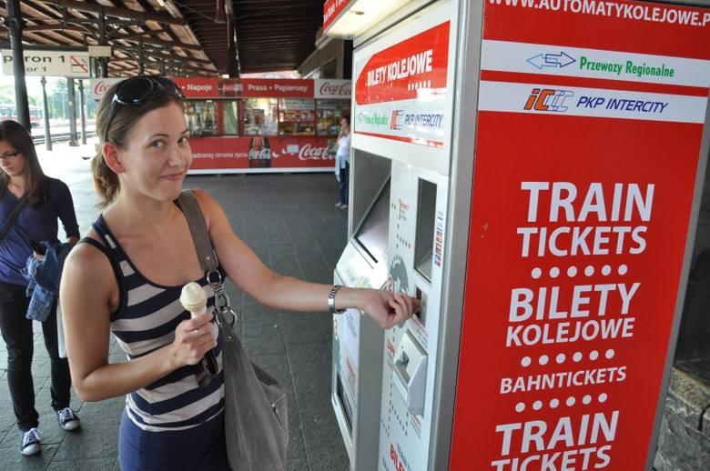 W automatach można płacić gotówką (wydają one resztę) lub kartą bankomatową.- To duża wygoda - mówi Ewa Serafin z Tarnowa Opolskiego.