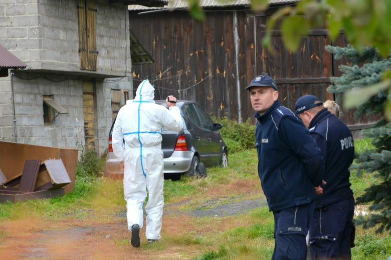 Makabrycznego odkrycia dokonali w niedzielę policjanci i strażacy w Skarżysku Kościelnym. W walizce, znajdującej się na jednej z posesji, odkryto ciało