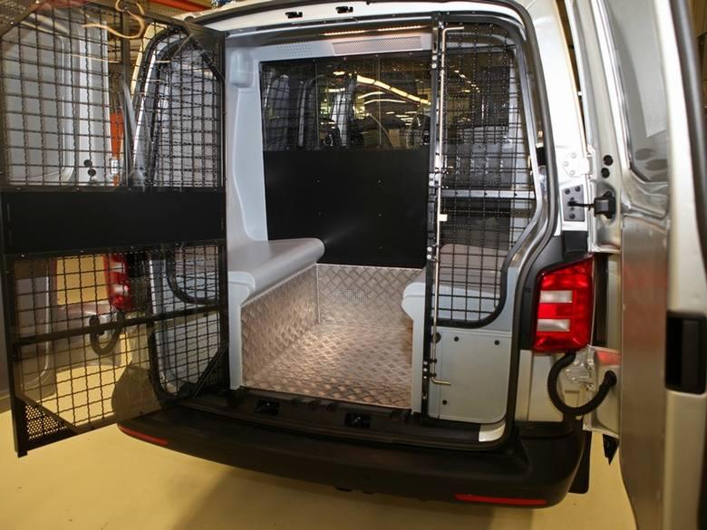 Komenda Wojewódzka Policji w Poznaniu zakupiła 100 samochodów VW T6 z dwulitrowym silnikiem benzynowym o mocy 150KM. Samochody zostały przerobione na