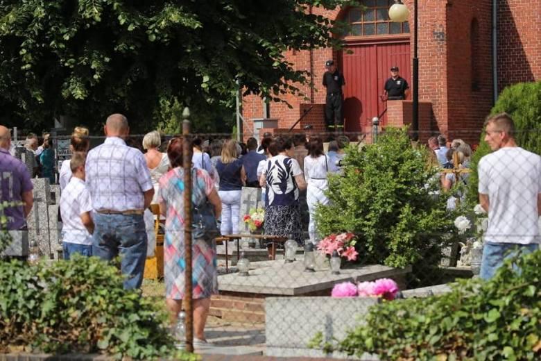 Pogrzeb Kristiny. Łzy i białe kwiaty na pogrzebie zamordowanej 10-latki