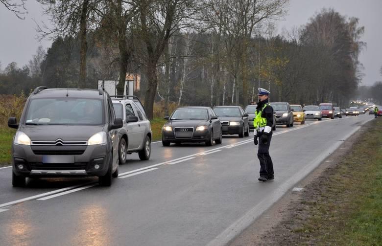 Podlascy policjanci od kilku dni prowadzą sezonową akcję Znicz, podczas której pełnią służbę w pobliżu cmentarzy. Funkcjonariusze pomagają kierowcom