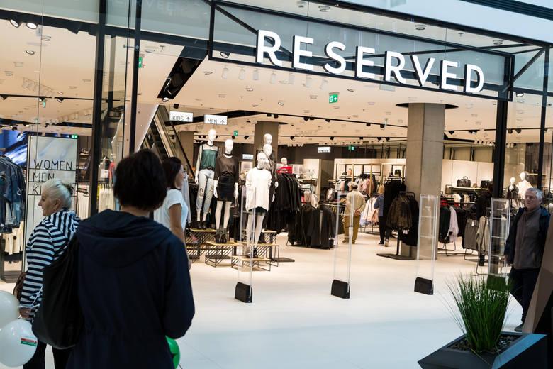 ReservedReserved również często szuka pracowników na niepełny etat, choć od razu oferowana jest umowa o pracę. W ogłoszeniach, ani na stronie marki nie