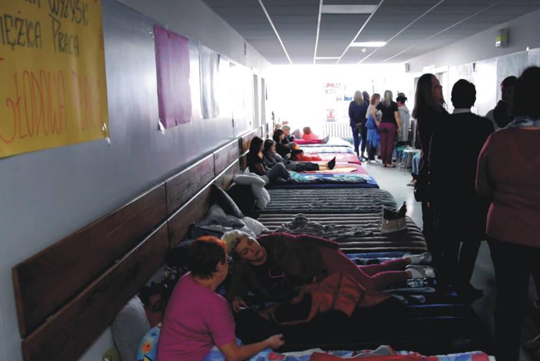 Zaostrza się sytuacja w Wojewódzkim Szpitalu w Przemyślu. Dzisiaj obradowali w nim członkowie sejmowej i senackiej komisji zdrowia. Nz. na tym korytarzu protestują pielęgniarki, rozłożonych jest kilkanaście materacy.