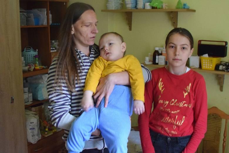 Pani Sylwia z Brzezin w gminie Morawica ma czwórkę ciężko chorych dzieci. Błaga o pomoc w opiece nad nimi i remoncie domu [WIDEO, ZDJĘCIA]