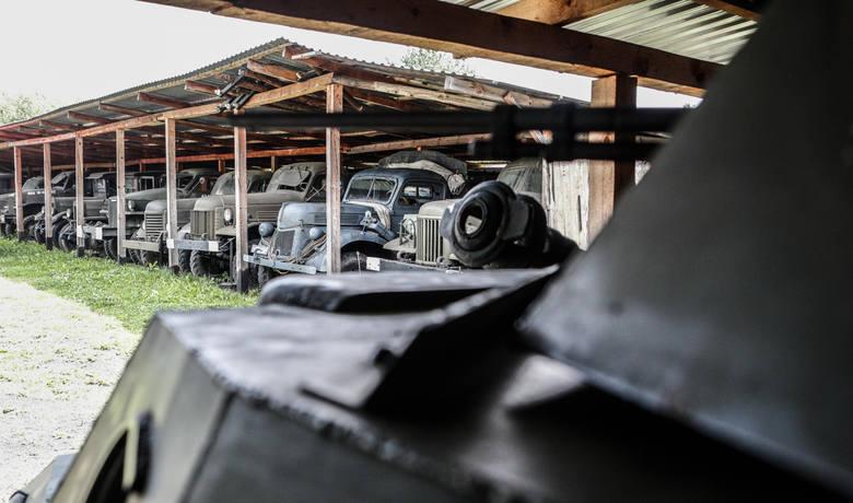 Pojazdy stoją pod wiatami, które zostały wykonane własnym kosztem<br />