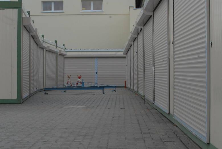 Hala Kupca Gorzowskiego otwarta została w 2007 r. Przeniosła się tam część przedsiębiorców, którzy wcześniej handlowali przy Warcie. Druga część urządziła się w boksach przy ul. Hejmanowskiej. Zobaczcie jak kiedyś handlowało się przy Warcie...<br />