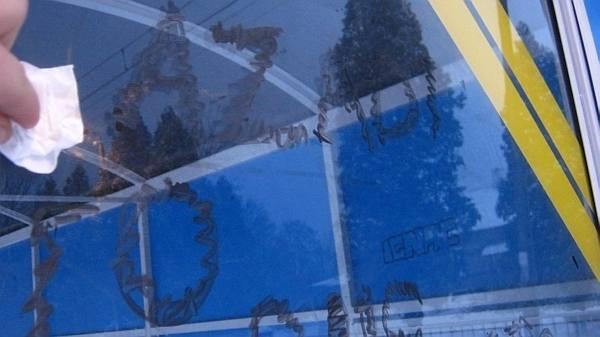 Na szklanej wiacie w Głownie pojawiły się wulgarne napisy
