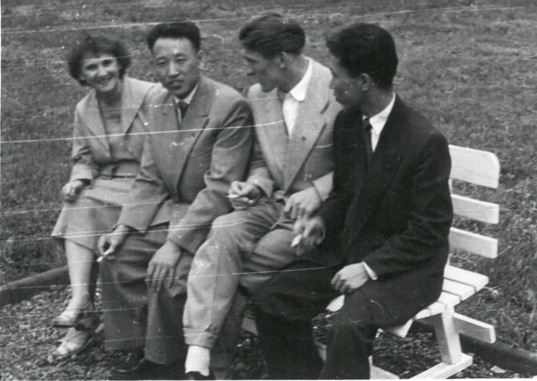 W parku, od lewej: Wanda Hertig, Ri Jin Ben, Edward Szymański, Kim Wan U