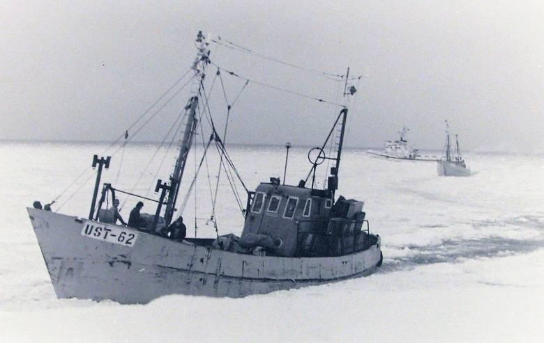Powrót z łowiska do portu Ustka skutego lodem.