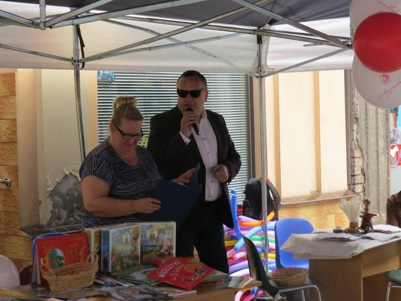 Festyn z okazji imienin ulicy 1 Maja zorganizowała Miejska i Powiatowa Biblioteka Publiczna w Wąbrzeźnie. Dzieci bawiły się puszczając kolorowe bańki,