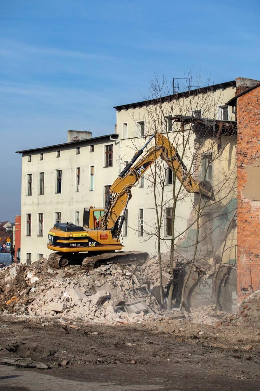 Rozpoczęły się rozbiórki nieruchomości przy ul. Toruńskiej w związku z budową linii tramwajowej na ul. Kujawskiej.W poniedziałek ekipy przygotowywały