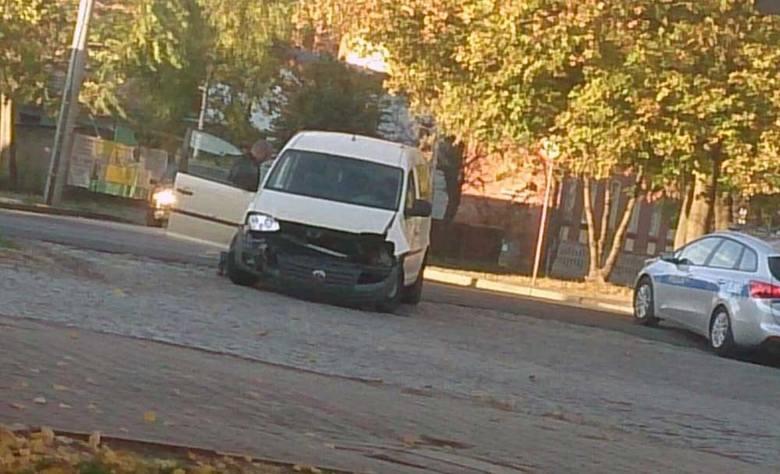 Do zdarzenia aut doszło w czwartek, 11 października.Zderzyły się volkswagen i bmw. Volkswagen jechał od ul. Konopnickiej i najprawdopodobniej nie zatrzymał