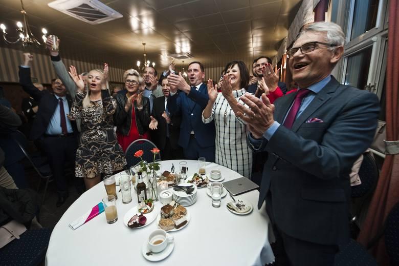 Wybory samorządowe 2018. Poznaliśmy pierwsze, szacunkowe wyniki wyborów samorządowych 2018. W Koszalinie sztab PiS oczekiwał na wyniki wyborów w Hotelu