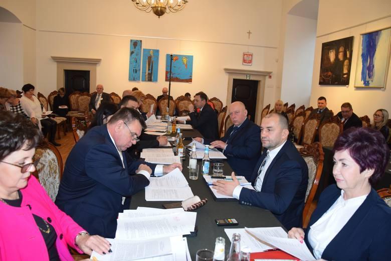 Od wyborów samorządowych minęło dwa lata. Postanowiliśmy sprawdzić radnych Rady Miejskiej w Szydłowcu. Który z nich był najaktywniejszy? Kto złożył najwięcej