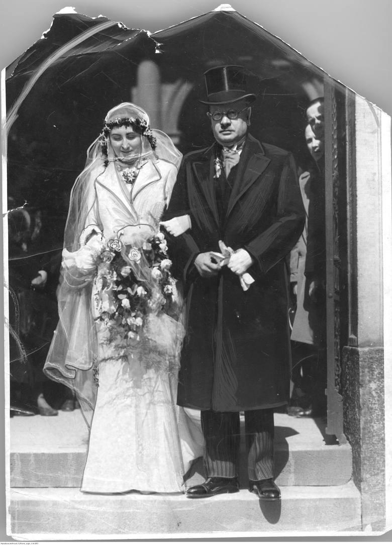 1910Na początku XX stulecia stroje obficie  spowijały sylwetkę, wydobywając z niej jedynie twarz i dłonie - cała reszta tonęła w długim, koronkowym welonie